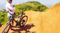 Treak tanah merah dan berpasir menjadi idola baru para pesepeda memacu aderanalinnya menuju kawasan puncak Bukit Parama Satwika, Garut, Jawa Barat. (Liputan6.com/Jayadi Supriadin)