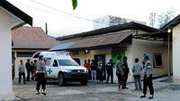 Ambulans yang mengangkut 2 jenazah terduga teroris Poso tiba di RS Bhayangkara, Palu, Sulawesi Tengah. (Liputan6.com/Dio Pratama)