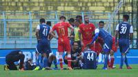 Dua pemain Arema FC, Arthur Cunha da Rocha dan Jayus Hariono mengalami benturan dalam pertandingan melawan Barito Putera pada Sabtu (24/11/2018) di Stadion Kanjuruhan, Kabupaten Malang. (Bola.com/Iwan Setiawan)