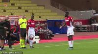 Gelandang AS Monaco, Tiemoue Bakayoko, saat mengira dirinya akan ditarik keluar lapangan (Foto: Twitter AS Monaco)