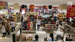 Suasana gerai baju dan tas wanita pada pembukaan Centro Department Store di Pesona Square Depok, Kamis (20/12). Pembukaan Centro yang ke-16 memenuhi kebutuhan fesyen masyarakat Depok dan sekitarnya. (Liputan6.com/Fery Pradolo)