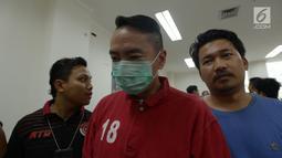 Pelaku pemobil koboi BMW bernopol B1764 PAF, Andy Wibowo (AW) usai jumpa pers di Polres Jakarta Pusat, Sabtu (15/6/2019). Polisi juga berhasil mengamankan senjata api milik AW yang kini masih pendalaman kasus. (merdeka.com/Imam Buhori)
