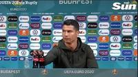 Cristiano Ronaldo singkirkan botol minuman soda sponsor Euro 2020. (dok. tangkapan layar video Twitter @TheSun)