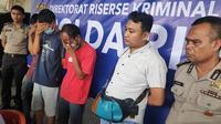 Tiga pelaku judi online di Pekanbaru (tutup wajah) yang ditangkap Polda Riau. (Liputan6.com/M Syukur)