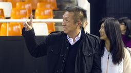 Peter Lim, Pengusaha real estate asal Singapura adalah pemilik klub Valencia FC, Spanyol dan pemegang 50 persen saham klub Inggris Salford City FC.  (EPA/Manuel  Bruque)