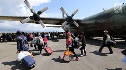 Warga Palu bersiap masuk ke pesawat Hercules TNI AU tujuan Makasar-Malang di Bandara Mutiara Sis Al-Jufri Palu, Sabtu (6/10). Sejumlah warga mengaku akan tinggal di daerah yang aman di mana ada sanak keluarga. (Liputan6.com/Fery Pradolo)