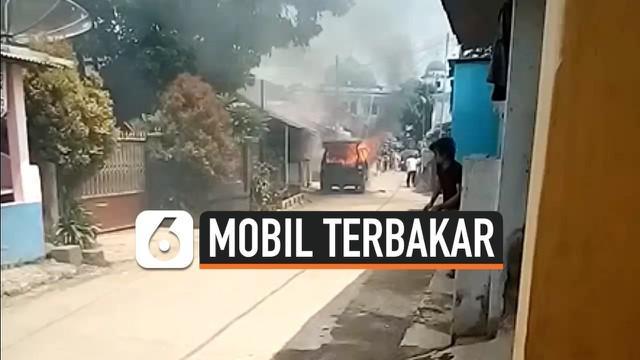 Mobil minibus yang dipakai untuk berjualan tahu bulat terbakar di Kampung Cibadak Kaum, Cibadak, Ciampea, Bogor, Jawa Barat. Peristiwa tersebut terjadi pada Selasa (26/11/2019) siang.