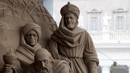 Seniman Rusia Ilya Filimontsev saat membuat patung pasir adegan kelahiran Yesus di St Peter, Vatikan, Kamis (6/12). Untuk membuat patung pasir adegan kelahiran Yesus yang menghabiskan pasir 720 ton. (Tiziana FABI/AFP)