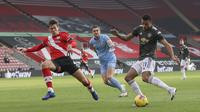 Pemain Manchester United, Mason Greenwood, menendang bola saat melawan Southampton pada laga Liga Inggris di Stadion St. Mary's, Minggu (29/11/2020). MU menang dengan skor 3-2. (Naomi Baker, Pool via AP)