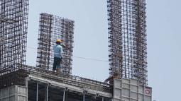 Pekerja menyelesaikan pembangunan gedung di kawasan Ampera, Jakarta, Kamis (4/4). Kementerian Pekerjaan Umum dan Perumahan Rakyat (PUPR) terus meningkatkan kompetensi pekerja di bidang konstruksi dengan mempercepat sertifikasi tenaga kerja. (Liputan6.com/Faizal Fanani)