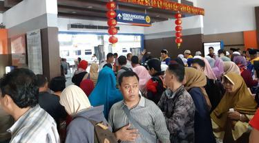 Penumpang kereta api hendak masuk ke ruang reservasi Stasiun Besar Purwokerto. (Foto: Liputan6.com/KAI Daop 5/Muhamad Ridlo)