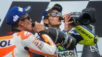 Pebalap Honda, Marc Marquez, dan rider Yamaha, Valentino Rossi, sama-sama sudah mendulang berbagai gelar saat masih berusia 23 tahun. (EPA/Kimimasa Mayama)