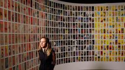 Seniman Manju Shandler berdiri di depan karya lukisnya yang berjudul 'Gesture' yang dipamerkan di National September 11 Memorial and Museum, Manhattan, AS (1/9). Pameran ini akan dibuka untuk umum pada 12 September mendatang. (REUTERS/Andrew Kelly)