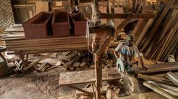 Pekerja menyelesaikan pembuatan peti mati di sebuah bengkel di Surabaya, Jawa Timur, Senin (25/1/2021). Jumlah kematian akibat COVID-19 di Indonesia meningkat lebih dari 28.000. (Juni Kriswanto/AFP)