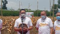 Gubernur Jawa Barat Ridwan Kamil bersama pejabat terkait memberikan penjelasan ihwal program petani milenial di Jawa Barat tahun ini. (Liputan6.com/Jayadi Supriadin)