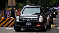 Iring-iringan mobil yang membawa Presiden AS, Donald Trump meninggalkan Hotel Shangri-La, Singapura, Selasa (12/6). Trump dan pemimpin Korea Utara, Kim Jong-un akan bertemu dalam KTT Korea Utara-AS di Hotel Capella, Pulau Sentosa. (AP/Gemunu Amarasinghe)