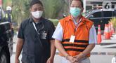 Tersangka mantan Direktur Niaga PT Dirgantara Indonesia, Irzal Rinaldi Zailani berjalan dikawal petugas akan menjalani pemeriksaan oleh penyidik di Gedung KPK, Jakarta, Kamis (2/7/2020). (merdeka.com/Dwi Narwoko)