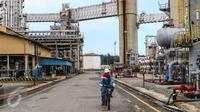 Petugas lapangan keliling memantau Area Crude Distilation Unit (CDU IV) di kawasan kilang RU V Balikpapan, Kalimantan, Kamis (14/05). Sebanyak 26% dari produksi BBM Pertamina dihasilkan dari RU V Balikpapan. (Liputan6.com/Fery Pradolo)