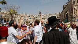 Suasana saat warga Yahudi merayakan Hari Purim di Jalan al-Shuhada, Kota Hebron, Tepi Barat, Kamis (1/3). (AFP PHOTO/HAZEM BADER)