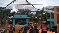 Banjir pada Minggu (21/2/2021) di Perumahan Bumi Nasio Indah, Jatiasih, Kota Bekasi, Jawa Barat. (Liputan6.com/Bam Sinulingga)