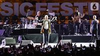 Komposer dunia David Foster menyapa penonton dalam gelaran Batik Music Festival 2019 di Candi Prambanan, Yogyakarta, Sabtu (5/10/2019). Meski di usia yang hampir menginjak 70 tahun, David Foster tetap tampil prima di hadapan ribuan penonton. (Kapanlagi.com/Bambang Ekoros Purnama)