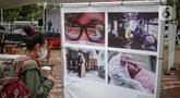Pengunjung mengamati karya Pameran Fotografi Rekam Jakarta 2019-2020 di Thamrin 10, Jakarta, Jumat (4/12/2020). Pameran yang mengangkat tema Ragam Cerita Ibu Kota Sebelum dan Saat Pandemi COVID-19 tersebut berlangsung hingga 13 Desember 2020. (Liputan6.com/Faizal Fanani)