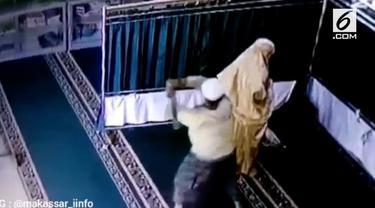 Seorang emak dipukul seorang pencuri tas dari belakang saat sedang salat.