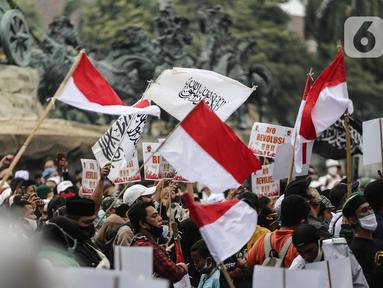Massa aksi menolak omnibus law saat unjuk rasa di area sekitar Patung Kuda, Jakarta Pusat, Selasa (13/10/2020). Massa mulai berdatangan sejak pukul 11.10 WIB.  Kedatangan massa seiring dengan mobil komando aksi yang juga tiba di lokasi. (Liputan6.com/Faizal Fanani)