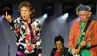 Musisi The Rolling Stones, Mick Jagger, Ronnie Wood dan Keith Richards saat tampil dalam konser bertajuk No Filter di The Velodrome Stadium, Marseille, Prancis, Selasa (26/6). (AFP PHOTO / Boris Horvat)
