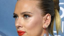 Aktris Scarlett Johansson berpose saat menghadiri SAG Awards 2020 di Shrine Auditorium & Expo Hall di Los Angeles (19/1/2020). Di acara ini, wanita yang biasa dipanggil Scar-Jo  memakai 11 tindikan yang melekat ditubuhnya. (Jon Kopaloff/Getty Images/AFP)