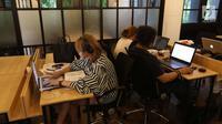 Sejumlah orang menggunakan fasilitas di ruang Cocowork di Jakarta, Selasa (26/6). Cocowork mengelola lebih dari tiga ribu anggota yang terdiri dari 260 perusahaan. (Liputan6.com/Angga Yuniar)