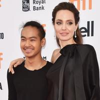 Tak ketinggalan, Angelina Jolie pun dikabarkan miliki hubungan yang sangat kuat dengan Maddox usai bercerai dari Brad Pitt. (POPSUGAR Australia)