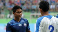 Bek Arema, Purwaka Yudhi, bakal menghadapi sahabatnya di Barito Putera, Samsul Arif. (Bola.com/Iwan Setiawan)