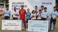 Sebanyak dua anak terpilih ke Munchen dan enam ke Singapura usai melakukan coaching clinic di Lapangan PSPT Tebet, Jakarta, Minggu (23/6). Acara ini merupakan rangkaian Allianz Explorer Camp 2019. (Bola.com/Vitalis Yogi Trisna)