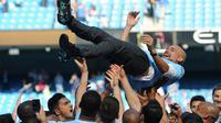 Manajer Manchester City Pep Guardiola dilemparkan ke udara oleh para pemainnya usai melawan Huddesfiel dalam pertandingan Liga Inggris di Etihad Stadium (6/5). (Martin Rickett/PAvia AP)