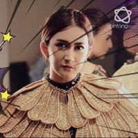 Siap-siap terpukau, ini 4  penampilan Nafa Urbach hadiri gala premier film Kembang Kantil