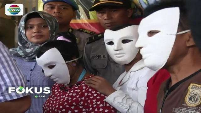 Petugas Satreskrim Polres Jember berhasil membongkar praktik prostitusi terselubung yang berlangsung di sebuah warung makan di tepi jalan.