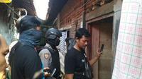 Suasana penggeledahan terduga teroris di Cirebon oleh Tim Densus 88. Foto (Liputan6.com / Panji Prayitno)