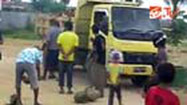 Puluhan pedagang pasar Baubau, Sulawesi Tenggara, menyandera truk yang melintas dengan memblokade jalan. Pedagang marah karena dagangan mereka terkena debu saat truk melintas.