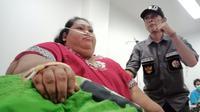 Dinas Kesehatan Kabupaten Karawang mengevakuasi penderita obesitas akut, Narti Sunarti, ke RSUD Karawang. (Liputan6.com/ Abramena)