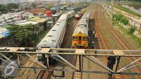 Kereta Api Senja Utama Solo anjlok di Stasiun Tanah Abang, Jakarta, Kamis (10/3). 3 gerbong kereta Senja Utama Solo yang tergelincir diantara Stasiun Karet dan Tanah Abang sudah diangkat dan berada di rel. (Liputan6.com/Gempur M Surya)