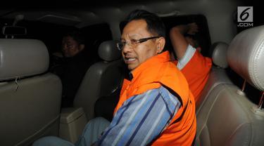 Mantan anggota DPRD Sumatera Utara, Tahan Manahan Panggabean mengenakan rompi tahanan berada di dalam mobil usai menjalani pemeriksaan di gedung KPK, Jakarta, Senin (13/8). (Merdeka.com/Dwi Narwoko)