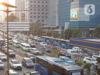Kendaraan terjebak kemacetan saat melintasi kawasan Mampang, Jakarta, Senin (29/6/2020). Semakin tingginya mobilitas warga selama masa transisi PSBB menyebabkan jalan-jalan protokol Ibu Kota kembali dihiasi kemacetan parah setiap pagi dan sore hari. (Liputan6.com/Immanuel Antonius)