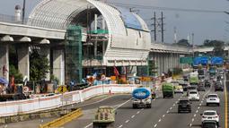 Suasana proyek Light Rail Transit (LRT) Jabodebek, Jakarta, Selasa (12/3). Kereta LRT Jabodebek untuk rute Cawang-Cibubur akan diuji coba Juni 2019 dan saat ini proses pengerjaan untuk rute tersebut sudah mencapai 78,455%. (Liputan6.com/Faizal Fanani)