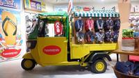 Bajaj disulap menjadi tempat memajang sandal jepit Havaianas. (dok. Kanmo Retail/Dinny Mutiah)