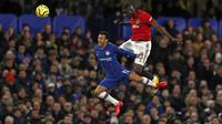 Penyerang Chelsea, Spanyol Pedro berebut bola udara dengan bek Manchester United, Eric Bailly pada pertandingan lanjutan Liga Inggris di Stamford Bridge, London  (18/2/2020). MU menang 2-0 atas Chelsea. (AFP Photo/Adrian Dennis)