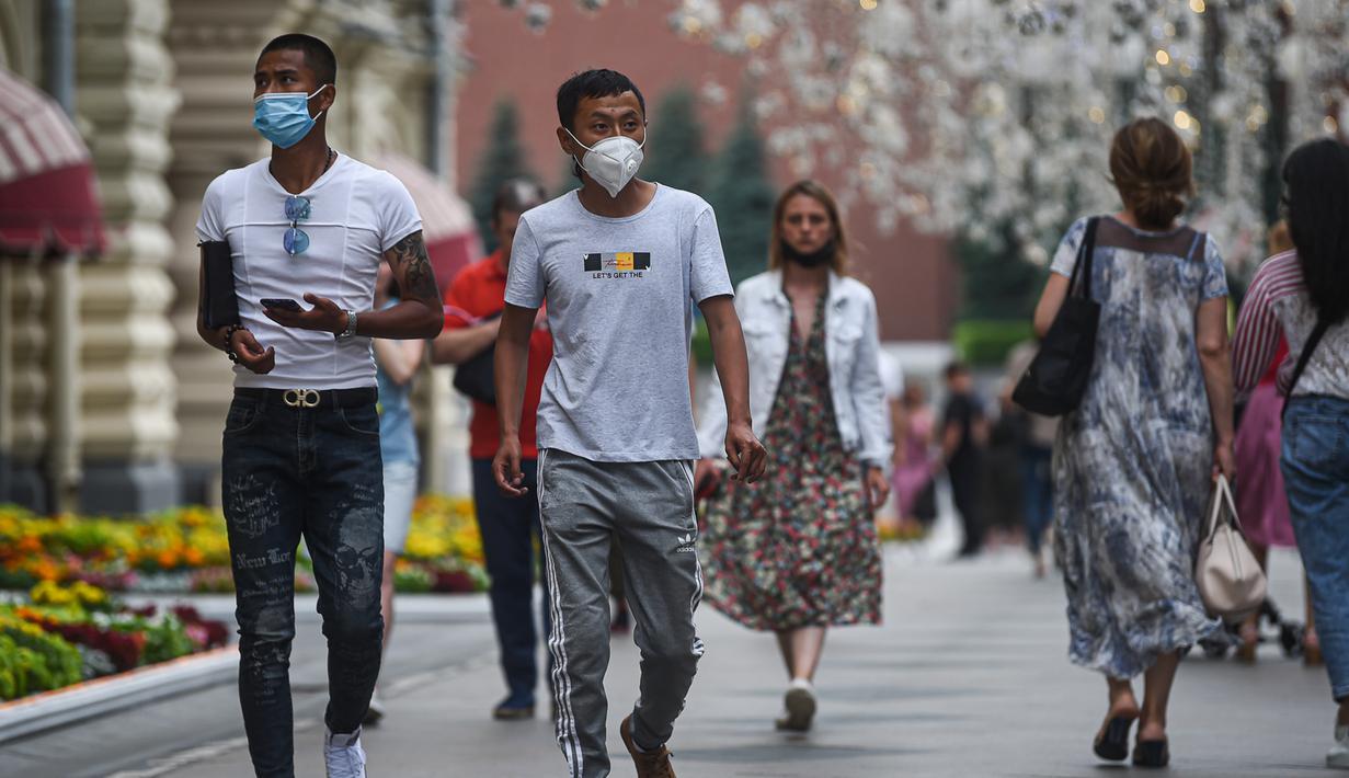 Orang-orang berjalan di sebuah jalan di Moskow, 13 Juli 2020. Rusia melaporkan 6.537 kasus terkonfirmasi baru COVID-19 dalam 24 jam terakhir, sehingga totalnya bertambah menjadi 733.699, demikian disampaikan pusat tanggap COVID-19 negara itu pada Senin (13/7). (Xinhua/Evgeny Sinitsyn)