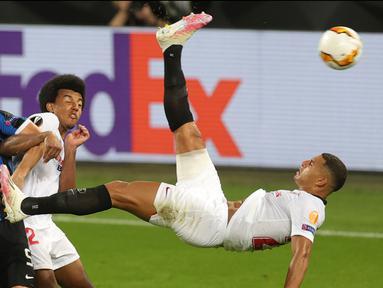 Bek Sevilla, Diego Carlos mencetak gol ketiga untuk timnya ke gawang Inter Milan pada pertandingan Final Liga Europa di Stadion Rhein Energie, Cologne, Jumat (21/8/2020). Gol indah Diego Carlos menjadi penentu kemenangan Sevilla 3-2 atas Inter Milan. (Friedemann Vogel/Pool via AP)