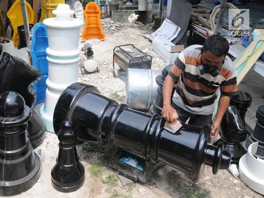 Perajin melakukan penghalusan saat pembuatan bidak catur raksasa di kawasan Pondok Aren, Tangerang Selatan, Selasa (16/10). Catur raksasa yang memiliki berat  5,5 kg hingga 10 kg itu dijual dengan harga Rp. 105 juta per satu set. (Merdeka.com/Arie Basuki)