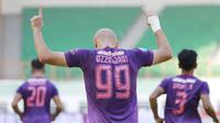Pemain Persik Kediri, Youssef Ezzejjari melakukan selebrasi usai mencetak gol penyeimbang 2-2 ke gawang PSM Makassar dalam laga pekan ke-4 BRI Liga 1 2021/2022 di Stadion Wibawa Mukti, Cikarang, Kamis (23/9/2021). Persik kalah 2-3. (Bola.com/M Iqbal Ichsan)